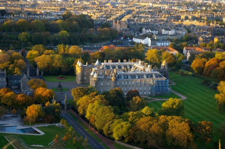 Holyrood Palace, Edinburgh, by Stablenode - Own work, CC0, https://commons.wikimedia.org/w/index.php?curid=45064629