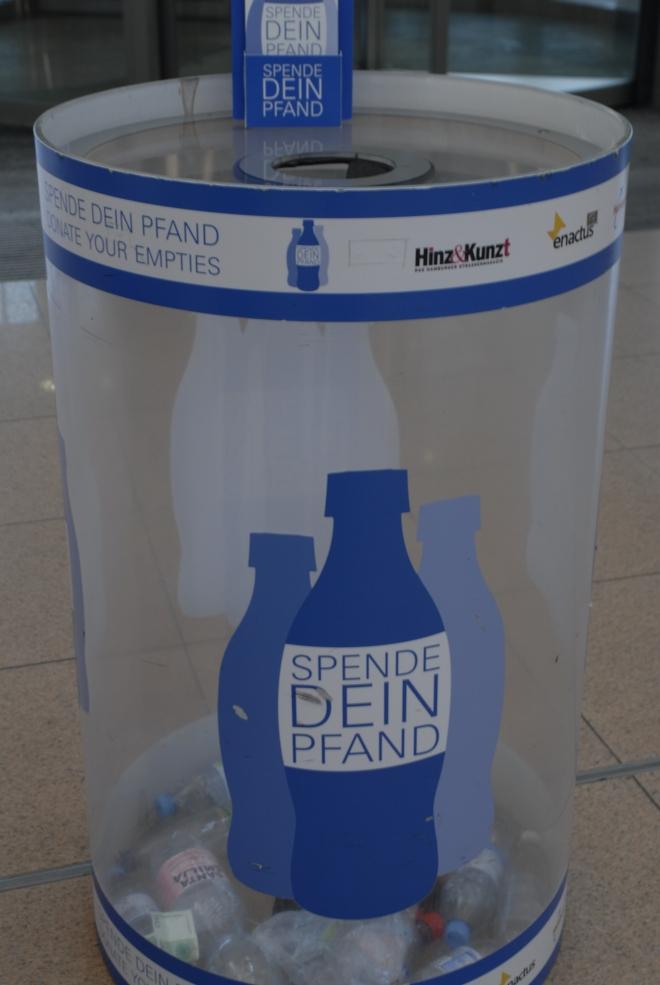 """Sammelbehälter für """"Spende Dein Pfand"""" am Flughafen Hamburg, cc by ALHH"""