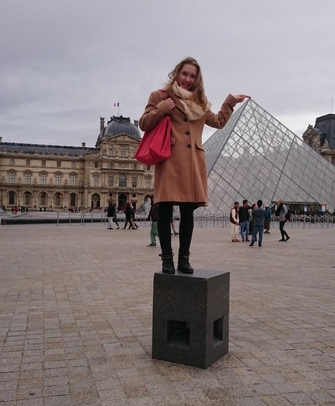 Paulina beim Louvre